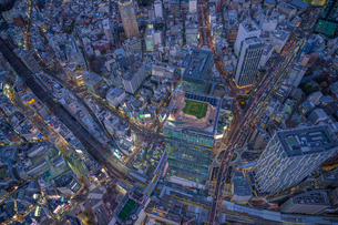 渋谷スクランブルスクエア夜景空撮の写真素材 [FYI03454809]