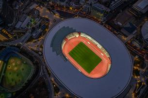 新国立競技場ライトアップ空撮の写真素材 [FYI03454818]