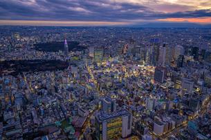 新宿ビル群の夜景空撮の写真素材 [FYI03454819]