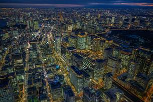 東京駅周辺の夜景空撮の写真素材 [FYI03454825]