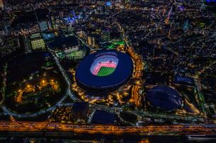 新国立競技場ライトアップ空撮の写真素材 [FYI03454833]