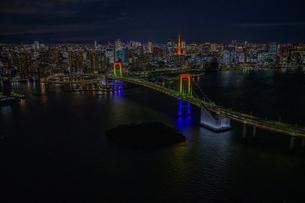 レインボーブリッジライトアップ夜景空撮の写真素材 [FYI03454841]