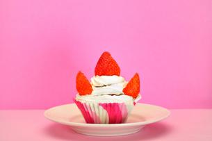 皿の上のカップケーキの写真素材 [FYI03454859]