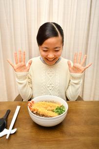 年越しそばを食べる女の子(大晦日)の写真素材 [FYI03454872]