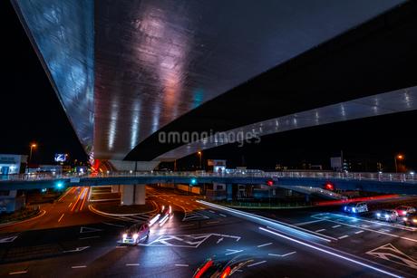 夜の上天神町交差点の様子の写真素材 [FYI03454915]