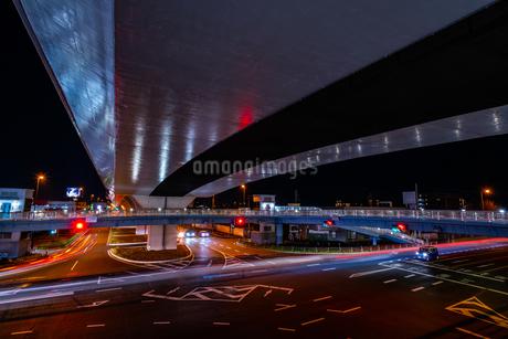 夜の上天神町交差点の様子の写真素材 [FYI03454916]