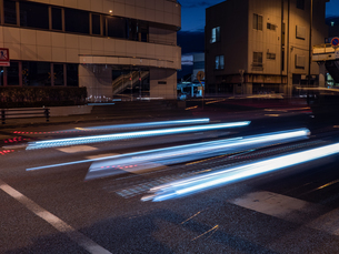 夜に自動車が通り過ぎる様子の写真素材 [FYI03454917]
