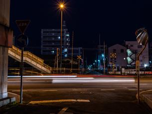 夜に自動車が通り過ぎる様子の写真素材 [FYI03454918]