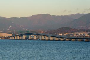 早朝の琵琶湖大橋の写真素材 [FYI03454920]