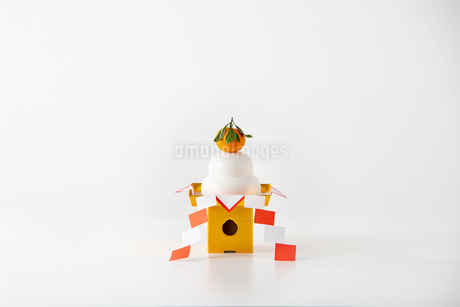 Japan's New Year ornament Kagami Mochi on white backgroundの写真素材 [FYI03454926]