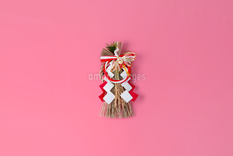 Japan's New Year ornament on pink backgroundの写真素材 [FYI03454928]