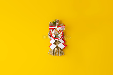 Japan's New Year ornament on yellow backgroundの写真素材 [FYI03454930]