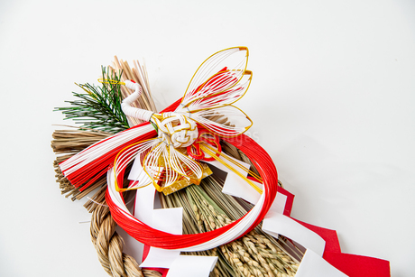 Japan's New Year ornament on white backgroundの写真素材 [FYI03454931]