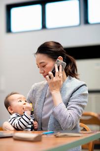 育児と仕事の両立の写真素材 [FYI03455523]