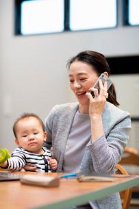 育児と仕事の両立の写真素材 [FYI03455524]