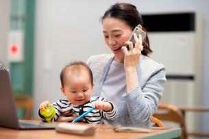 育児と仕事の両立の写真素材 [FYI03455525]
