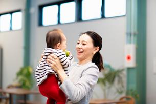 赤ちゃんをあやす女性の写真素材 [FYI03455529]
