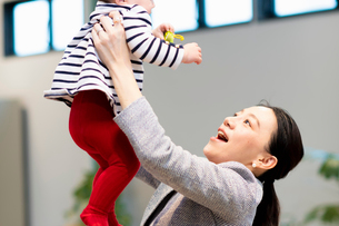 赤ちゃんをあやす女性の写真素材 [FYI03455530]