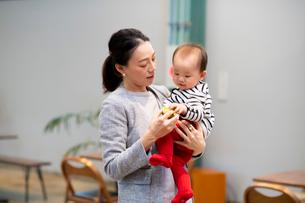赤ちゃんをあやす女性の写真素材 [FYI03455531]