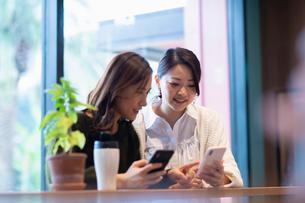 カフェで打ち合わせをする女性2人の写真素材 [FYI03455551]