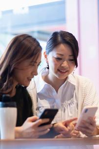 カフェで打ち合わせをする女性2人の写真素材 [FYI03455553]