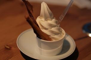焼き芋ソフトクリームの写真素材 [FYI03455708]