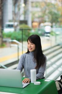 カフェで仕事をする女性の写真素材 [FYI03455848]