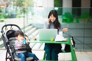 育児と仕事の両立の写真素材 [FYI03455856]