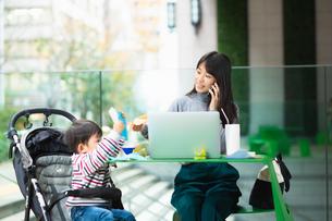 育児と仕事の両立の写真素材 [FYI03455857]