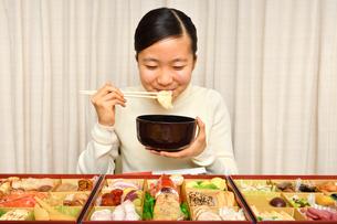 おせち料理を食べる女の子(正月)の写真素材 [FYI03455910]