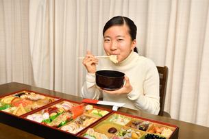 おせち料理を食べる女の子(正月)の写真素材 [FYI03455911]