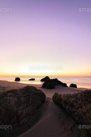 夜明けの浜辺の写真素材 [FYI03455914]