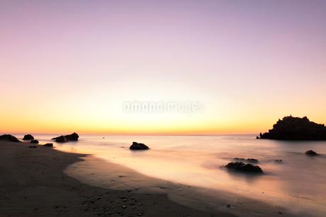 夜明けの浜辺の写真素材 [FYI03455915]
