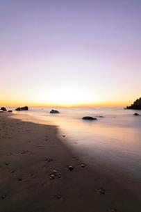 夜明けの浜辺の写真素材 [FYI03455916]