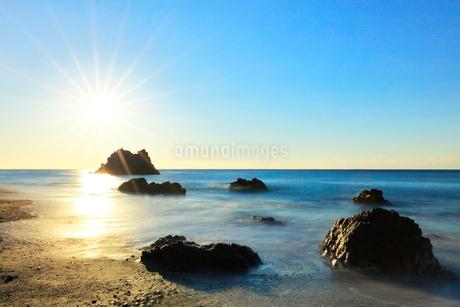 浜辺に寄せる波と朝日の写真素材 [FYI03455923]