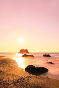 浜辺に寄せる波と朝日の写真素材 [FYI03455924]