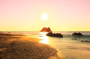 浜辺に寄せる波と朝日の写真素材 [FYI03455925]
