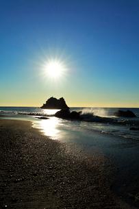 浜辺に寄せる波と朝日の写真素材 [FYI03455927]