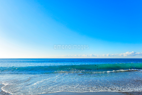 浜辺に寄せる波の写真素材 [FYI03455928]