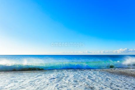浜辺に寄せる波の写真素材 [FYI03455929]
