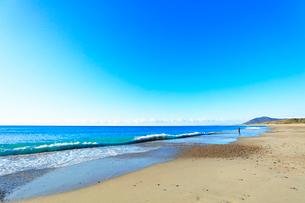 浜辺に寄せる波の写真素材 [FYI03455931]