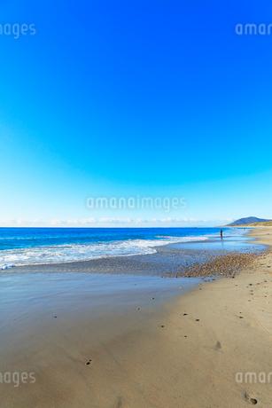 浜辺に寄せる波の写真素材 [FYI03455932]