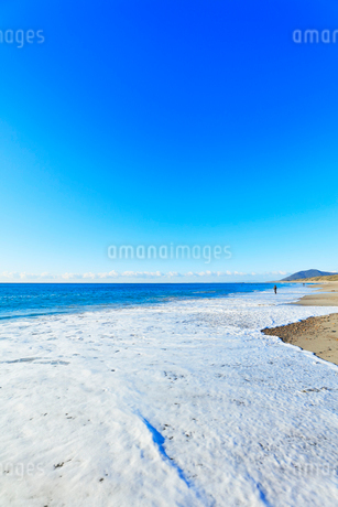浜辺に寄せる波の写真素材 [FYI03455933]