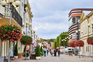 ラトビア・ユールマラのリガ湾のビーチに続く道に並ぶ土産店や飲食店の写真素材 [FYI03456488]