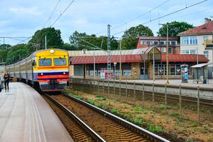 ラトビア・ユールマラのマユァリ駅に向かっている電車の写真素材 [FYI03456509]