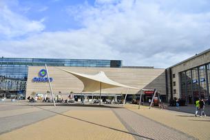ラトビア・首都リガの中央駅前を行き交う人々の写真素材 [FYI03456538]