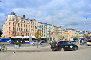 ラトビア・首都リガの中央駅前の沢山の車が行き交う景観の写真素材 [FYI03456539]