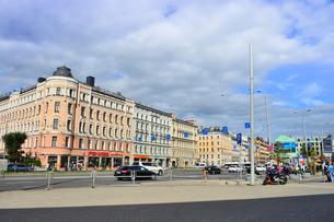 ラトビア・首都リガの中央駅前の車が行き交う景観の写真素材 [FYI03456540]