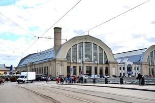 ラトビア・首都リガの沢山の人と車が行き交う中央市場の写真素材 [FYI03456548]