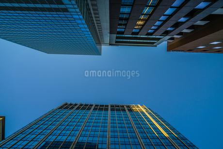 晴天の青空と秋葉原のビル群の写真素材 [FYI03456591]